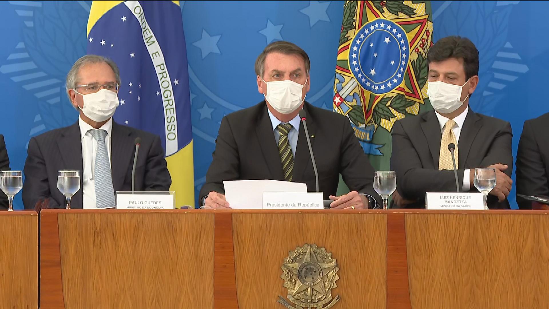 Bolsonaro (C) informou que o ministro de Minas e Energia está com coronavírus