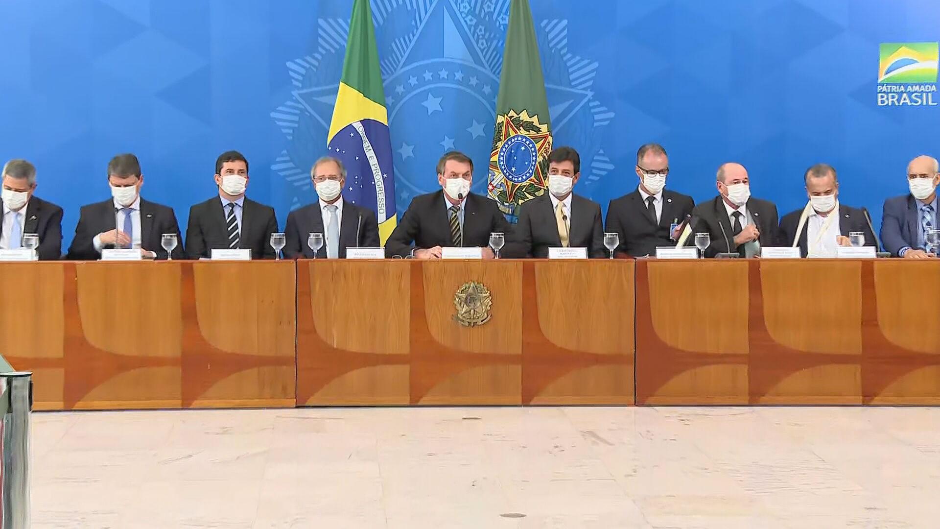 O presidente Jair Bolsonaro com os ministros Luiz Henrique Mandetta (Saúde), Pau