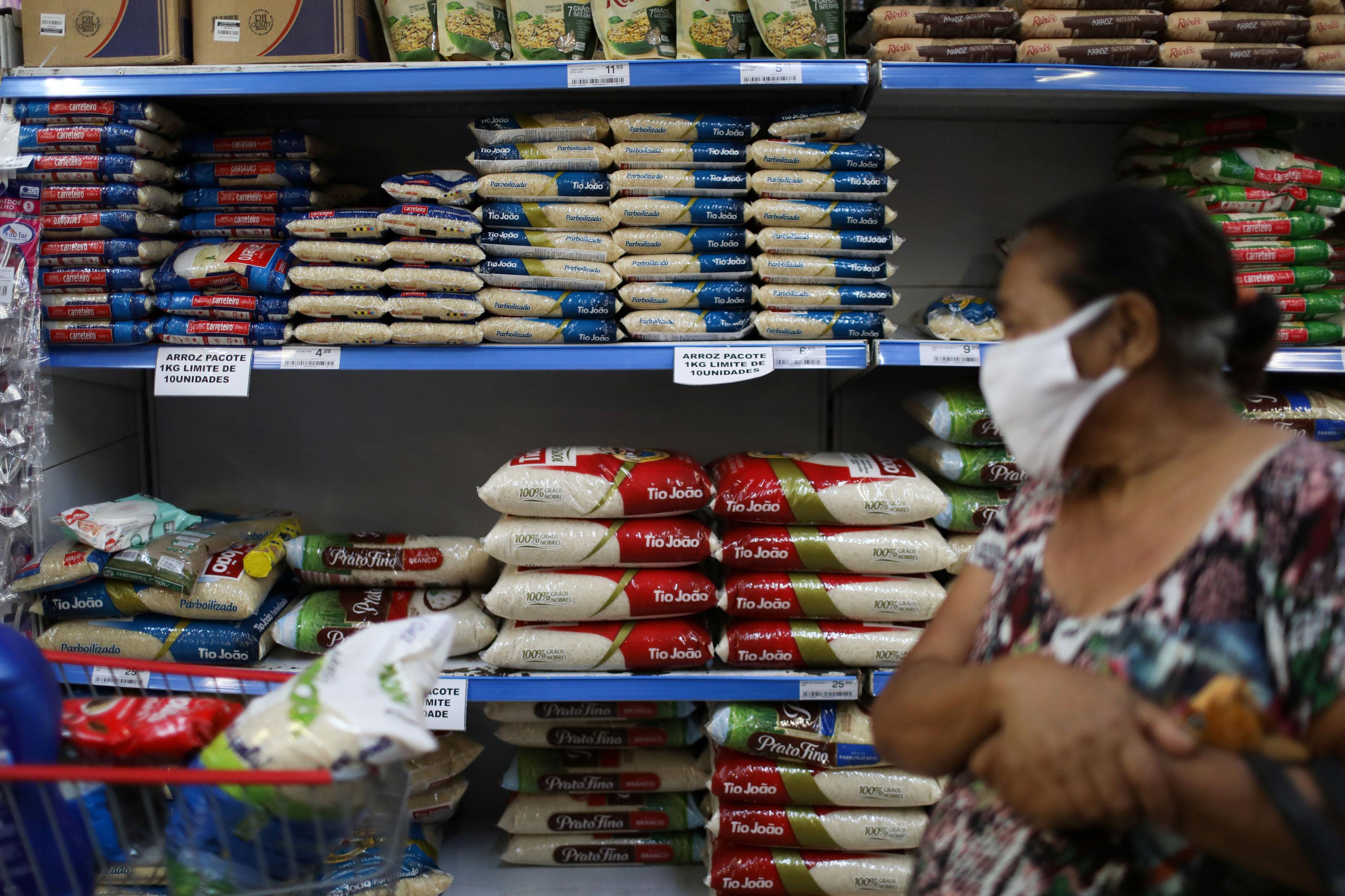 Sacos de arroz em supermercado no Rio de Janeiro