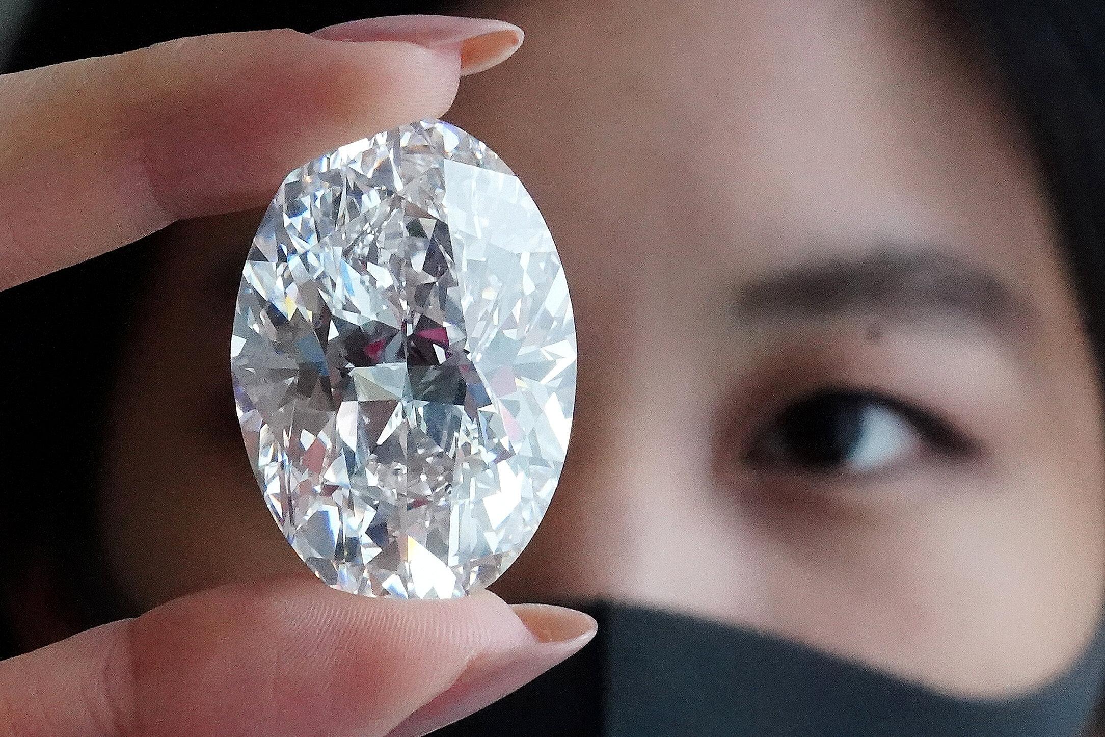 Mulher segurando diamante