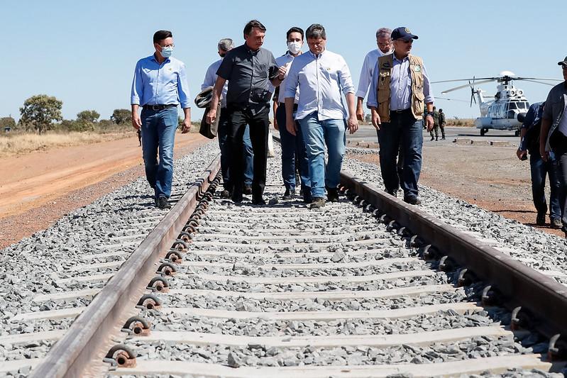 Jair Bolsonaro e autoridades caminham sobre a Ferrovia de Integração Oeste-Leste