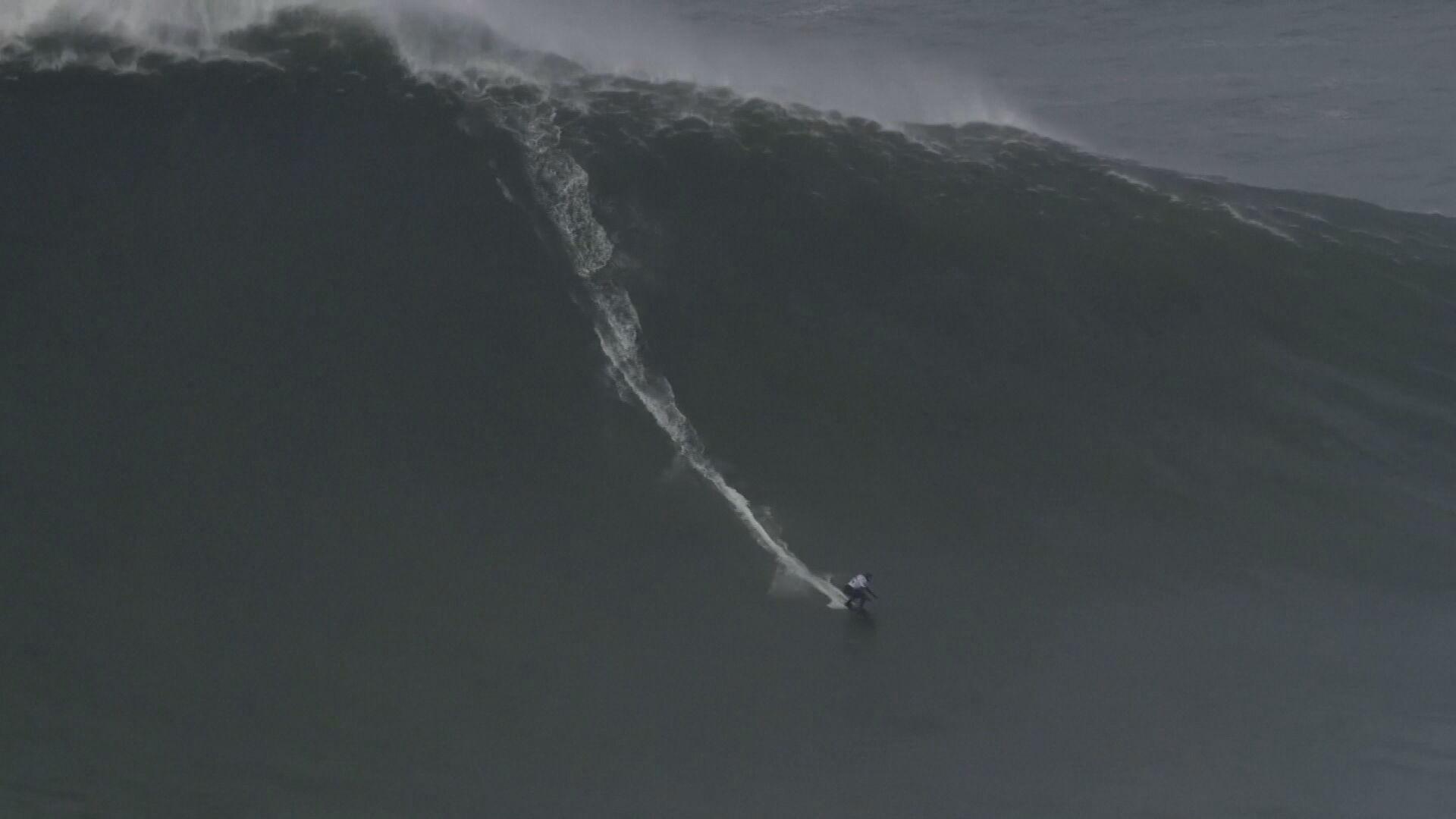 Maya Gabeira pega onda de 22,4 metros durante competição em Nazaré, em Portugal