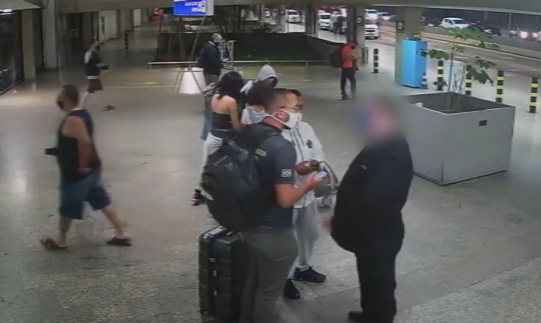 Ação de motoristas clandestinos ocorre na porta do aeroporto de Guarulhos e é re