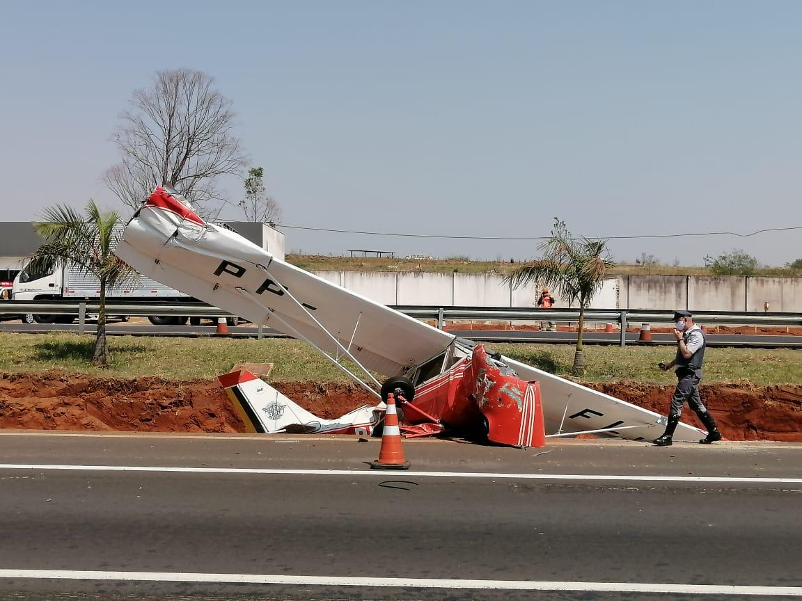 Avião monomotor caiu na rodovia Marechal Rondon em Bauru, interior de São Paulo