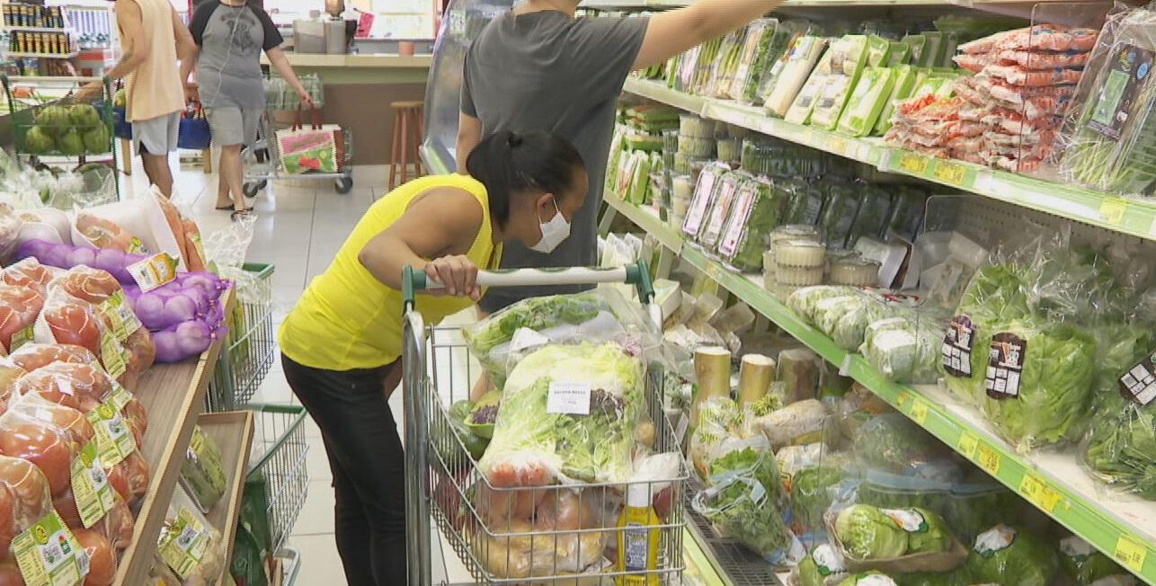 Mulher escolhe produtos em supermercado em São Paulo