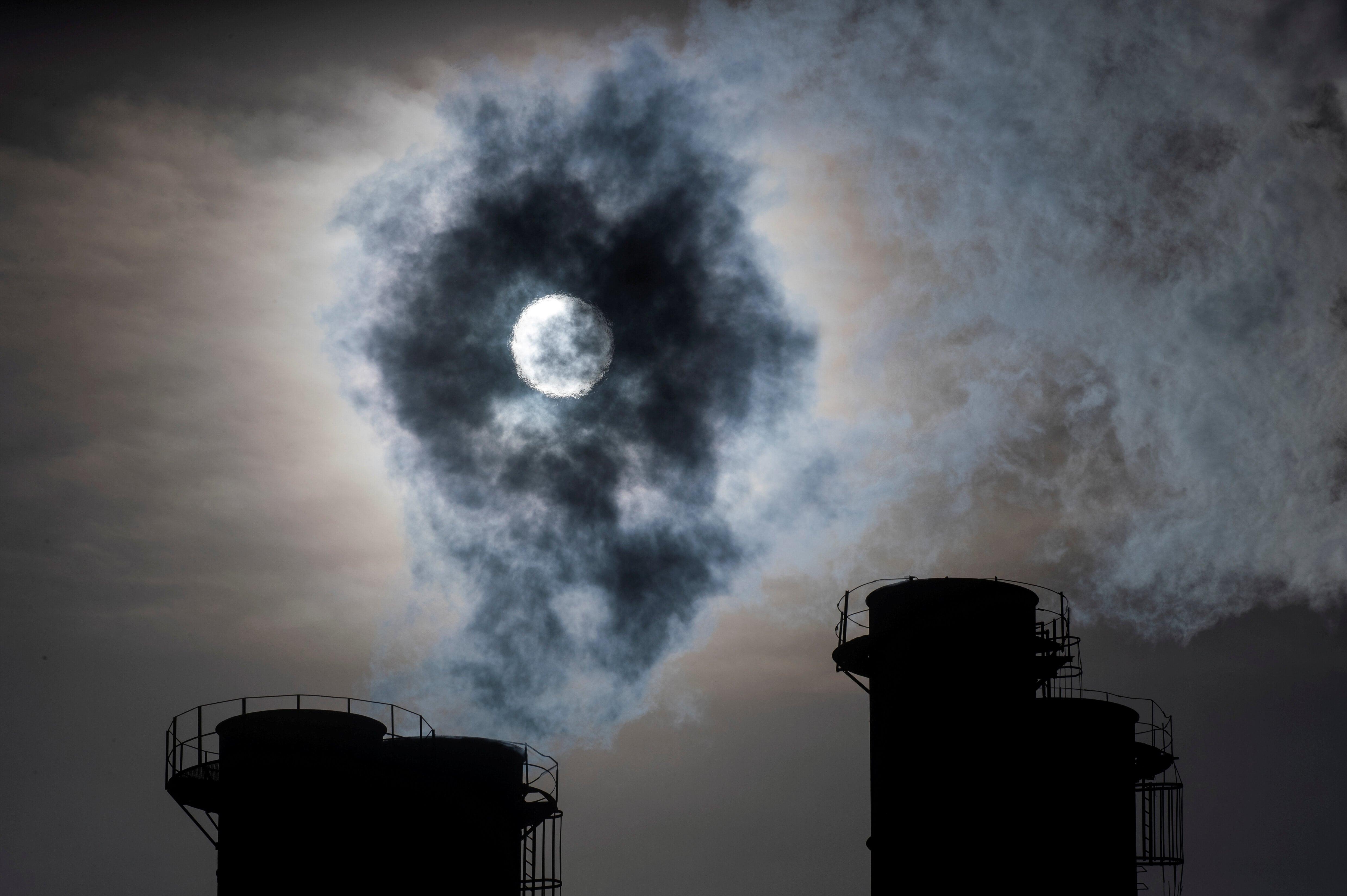 Fábricas soltando fumaça na atmosfera