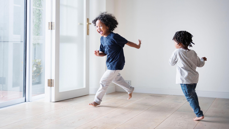 Crianças correndo pela casa