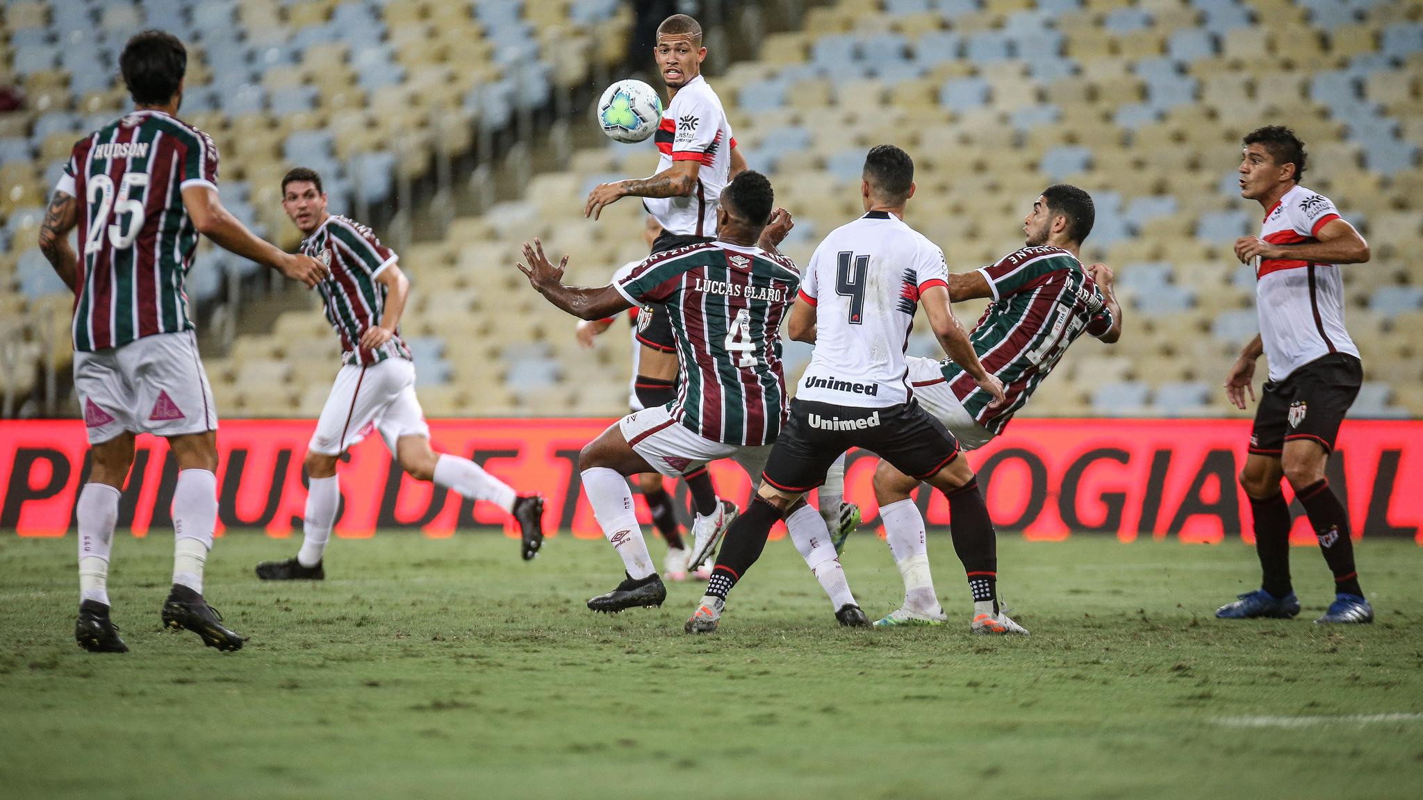 Jogadores de Fluminense e Atlético-GO se enfrentam no Maracanã