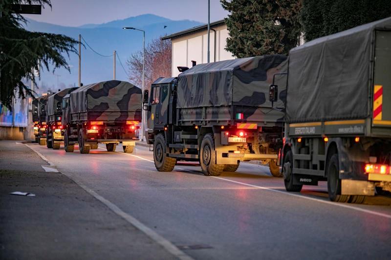 Coronavírus: em Bergamo (Itália), caminhões militares transportam corpos