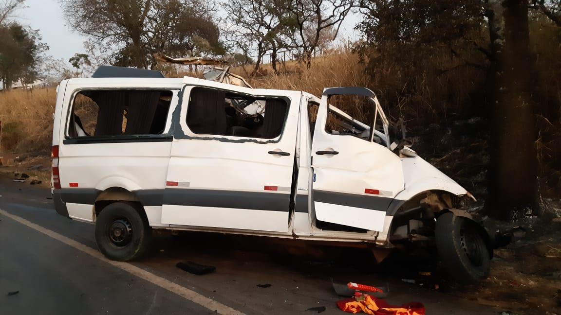 Acidente grave entre van e caminhão
