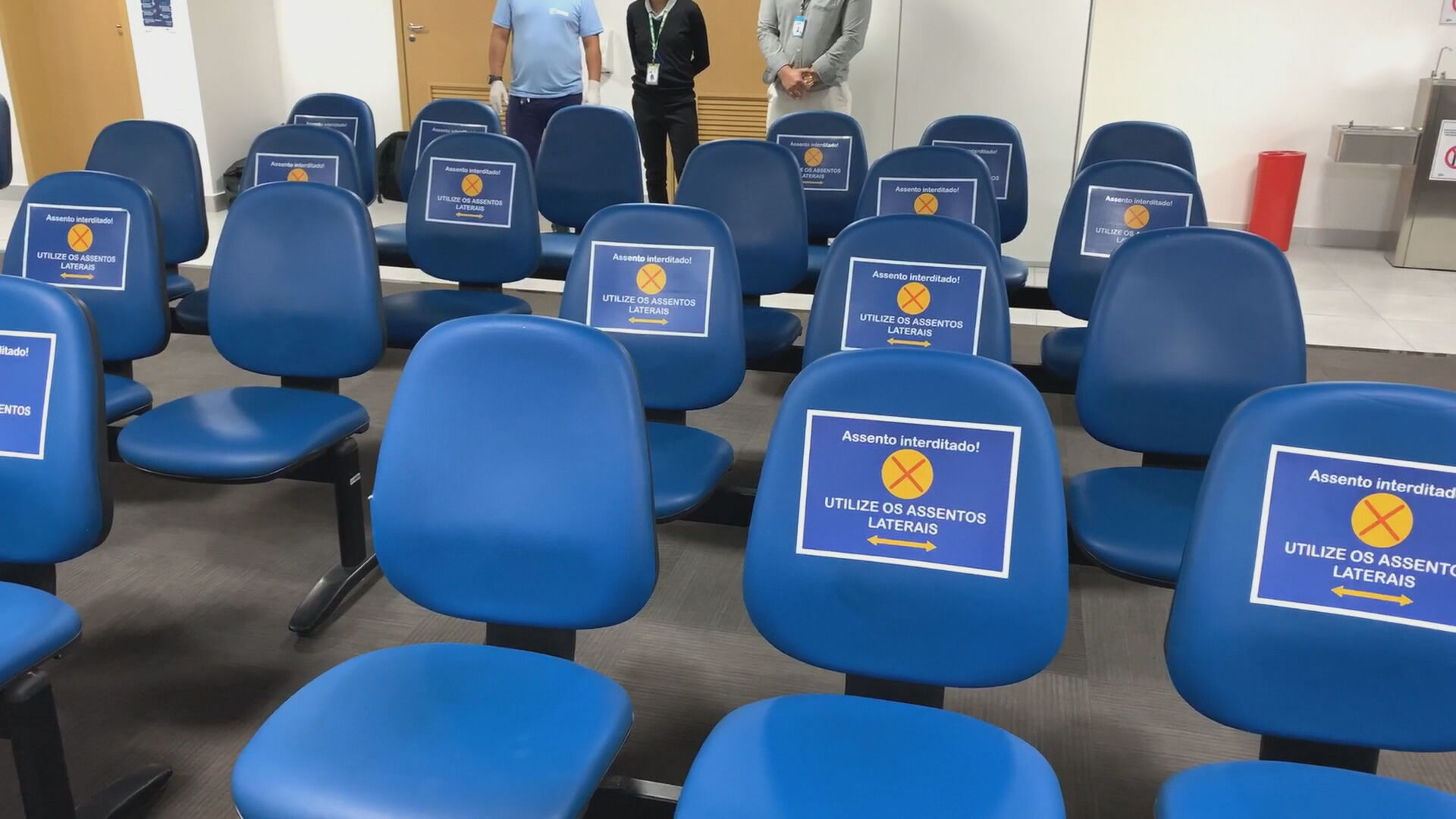 Cadeiras marcadas para promover distanciamento social em agência do INSS