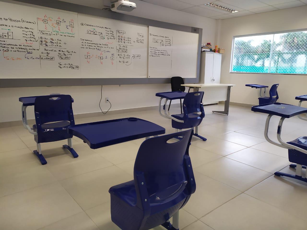Sala de aula com distanciamento entre carteiras no Colégio Objetivo, no Rio