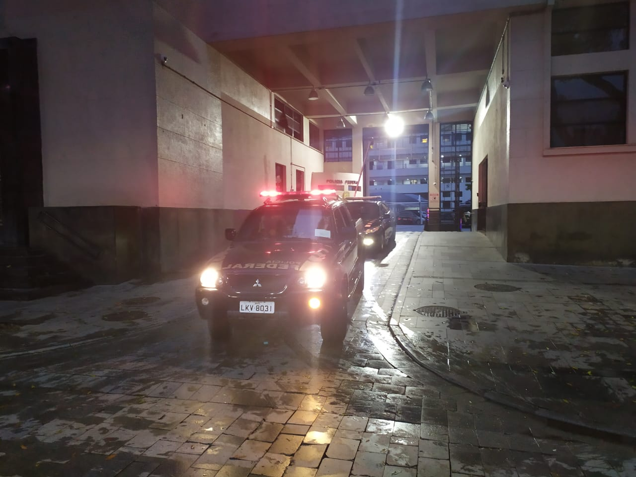 Veículos da Polícia Federal deixam sede no Rio de Janeiro