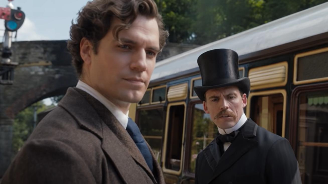 Sherlock e Mycroft Holmes conversando em estação de trem