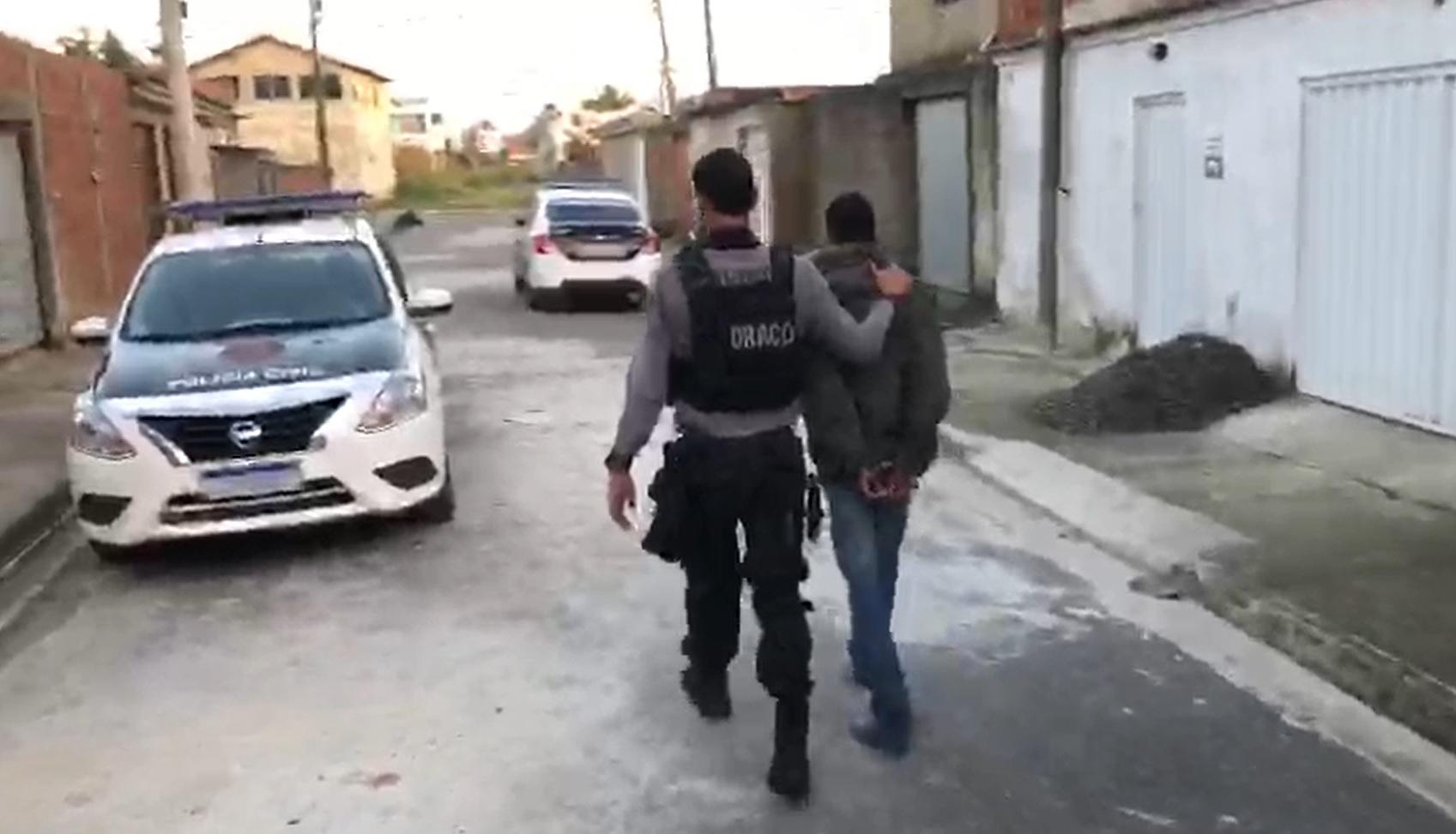 Policiais cumprem mandados de prisão em operação contra milícias