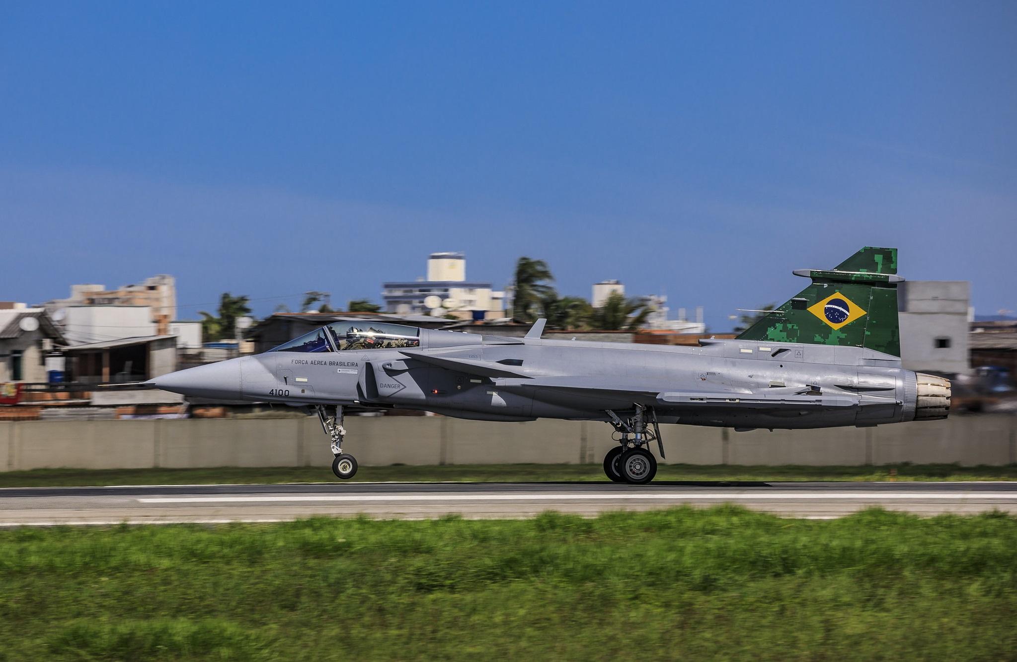 Decolagem do primeiro voo do caça Gripen em espaço aéreo brasileiro