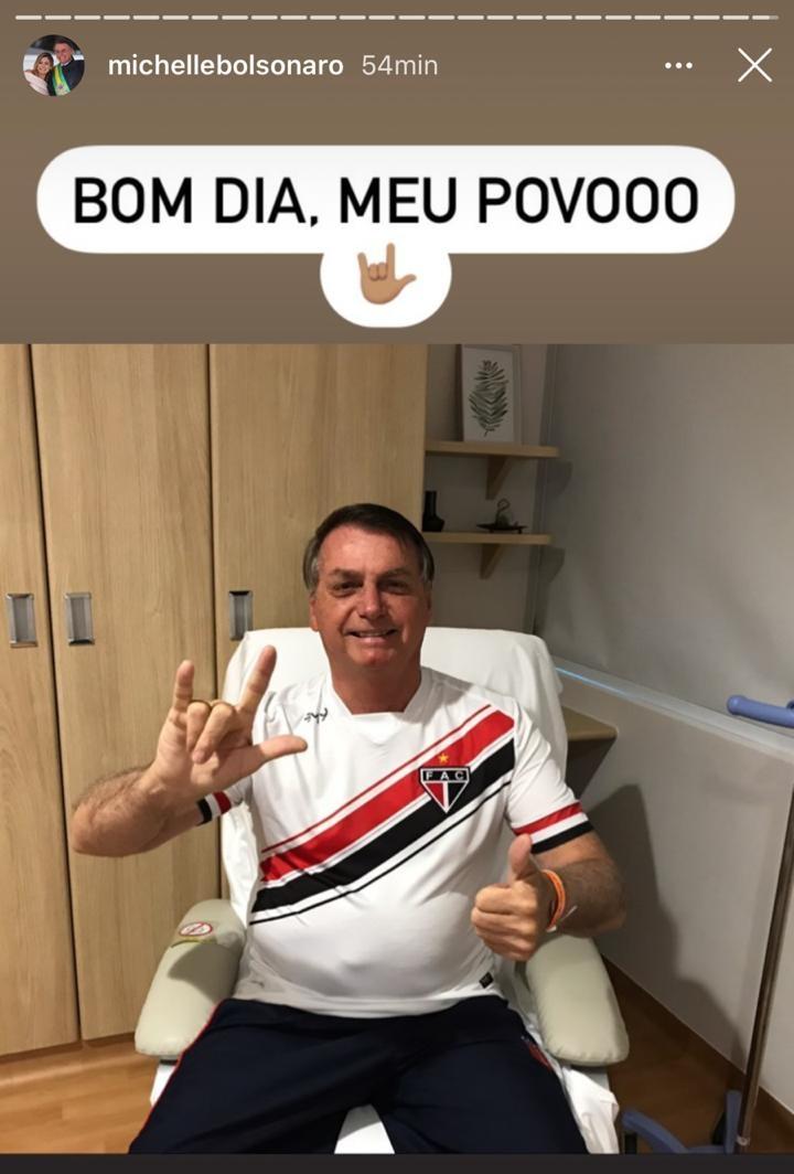 Michelle Bolsonaro publicou foto do presidente no hospital com a camisa do Ferro