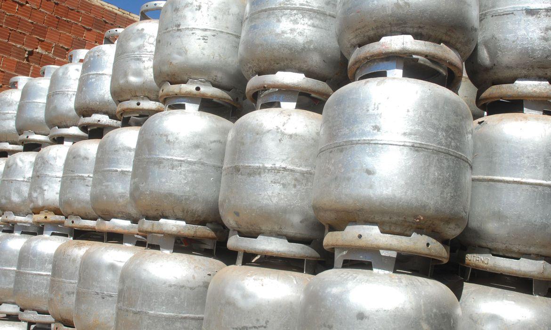 Botijões de gás empilhados