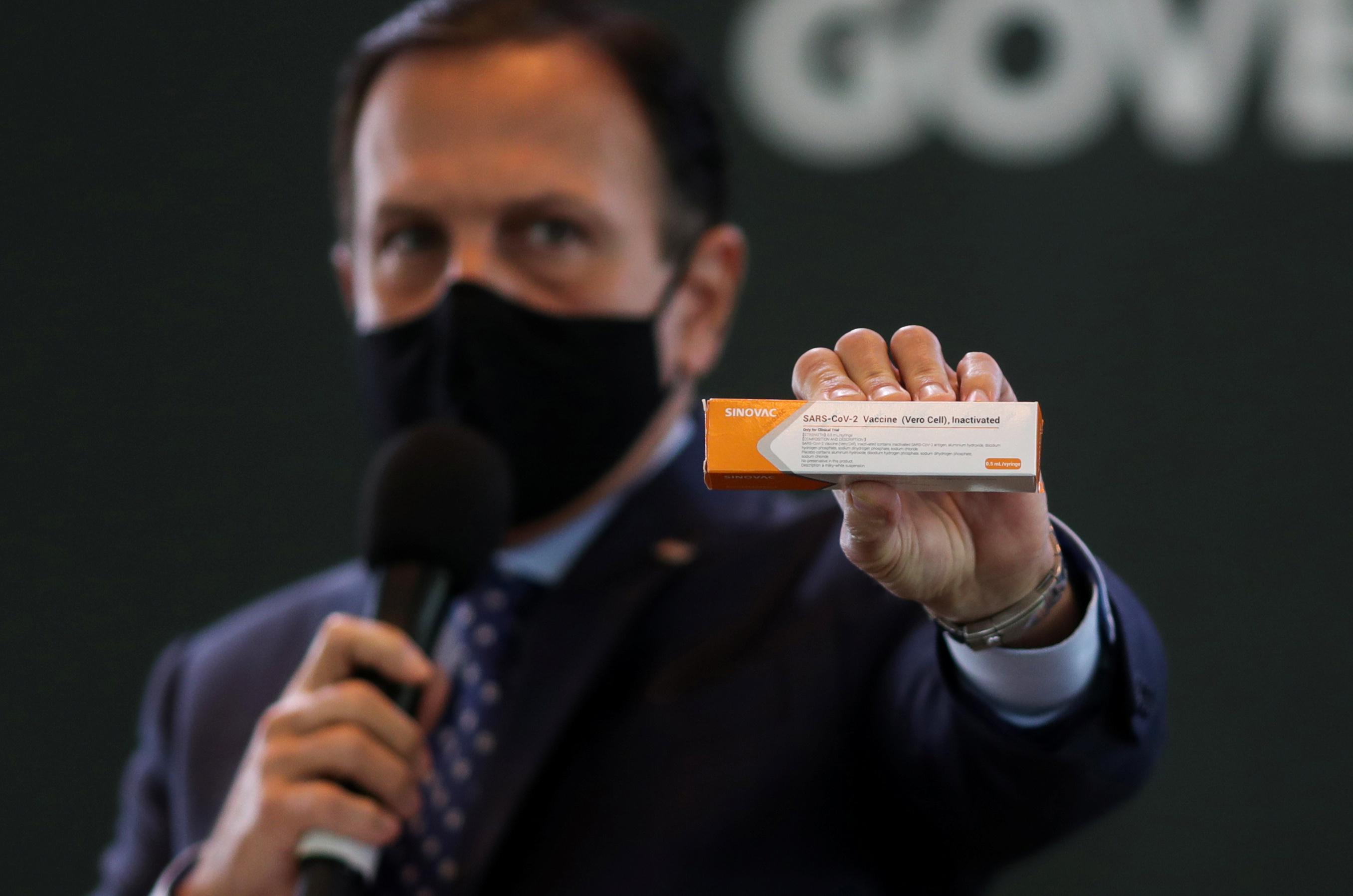 João Doria, segura caixa da potencial vacina contra a Covid-19 da Sinovac