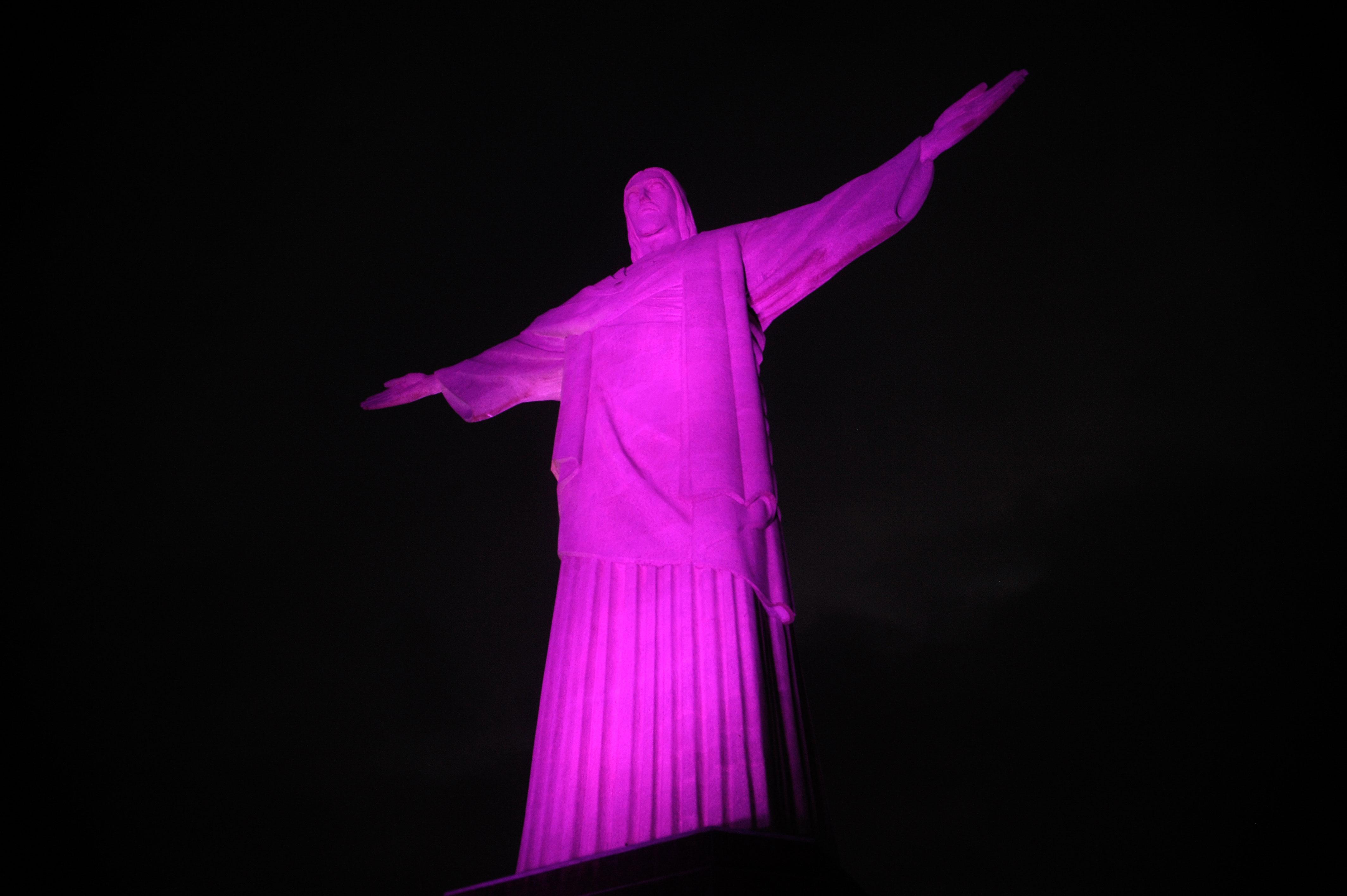 Cristo Redentor no Rio de Janeiro iluminado de rosa por campanha do Outubro Rosa