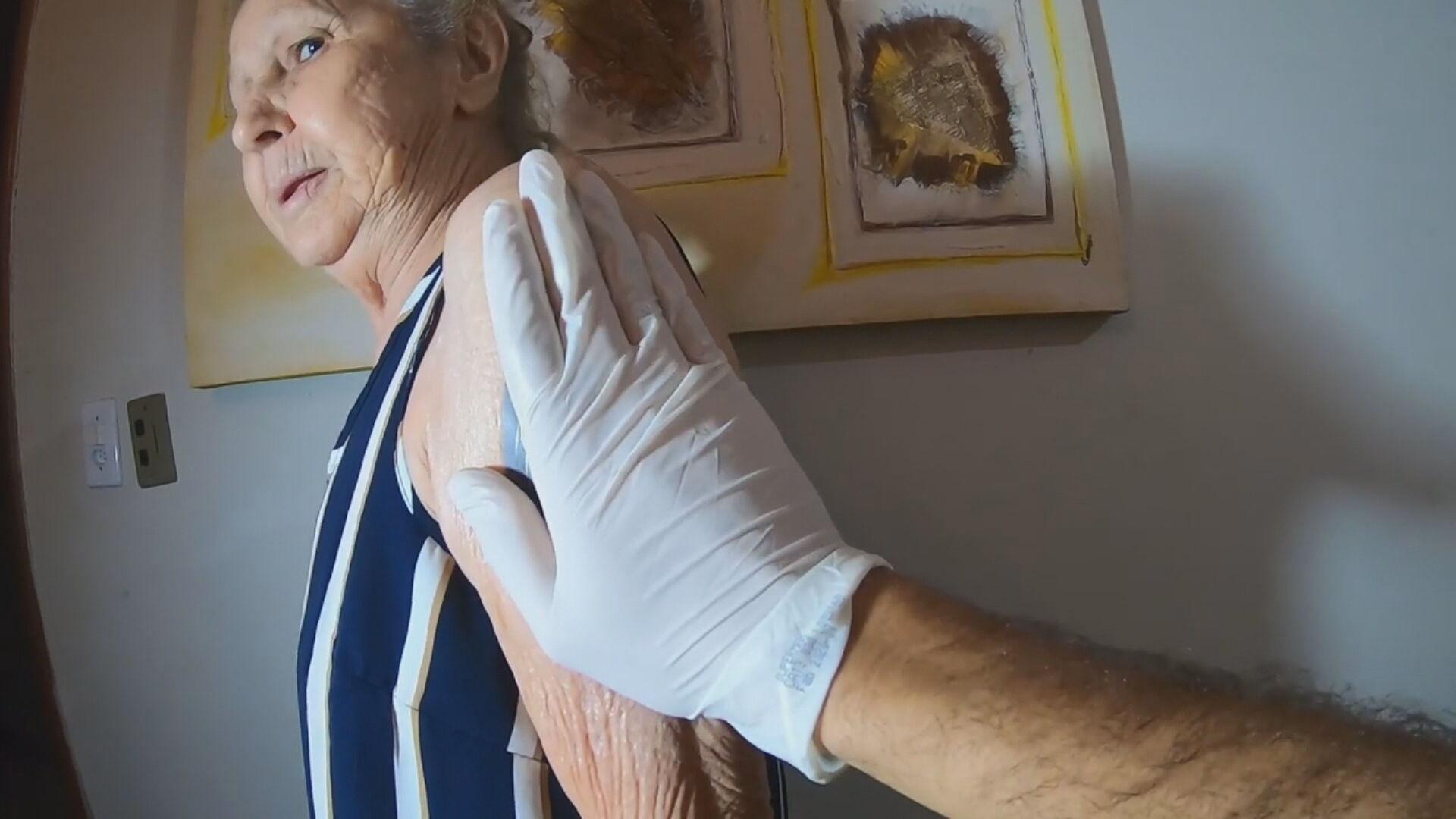 Dona Cleudazir tatuou a imagem da Nossa Senhora Aparecida