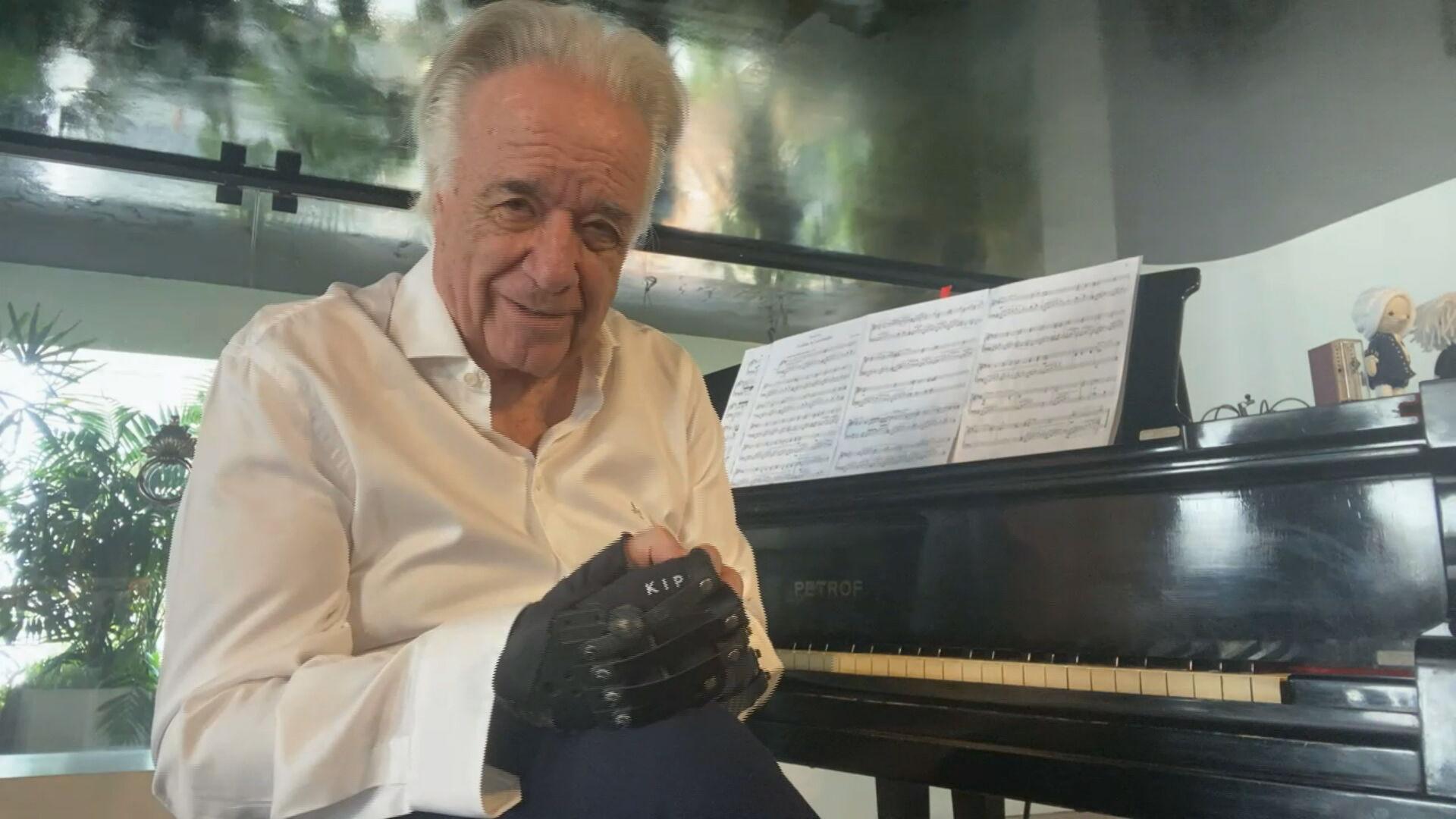O maestro João Carlos Martins, que voltou a tocar piano com uso de luvas biônica