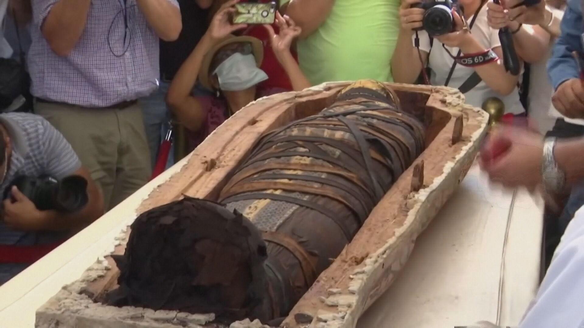 Sarcófago foi aberto em meio a multidão no Egito