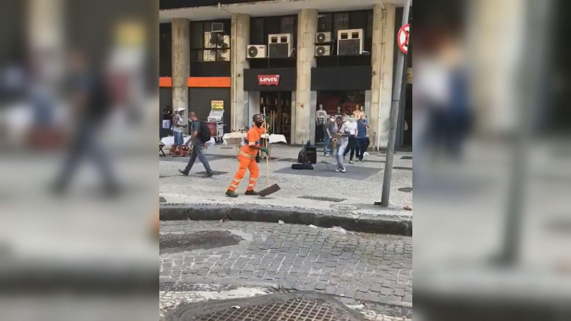 Gari viralizou ao fazer performance durante apresentação de artista de rua