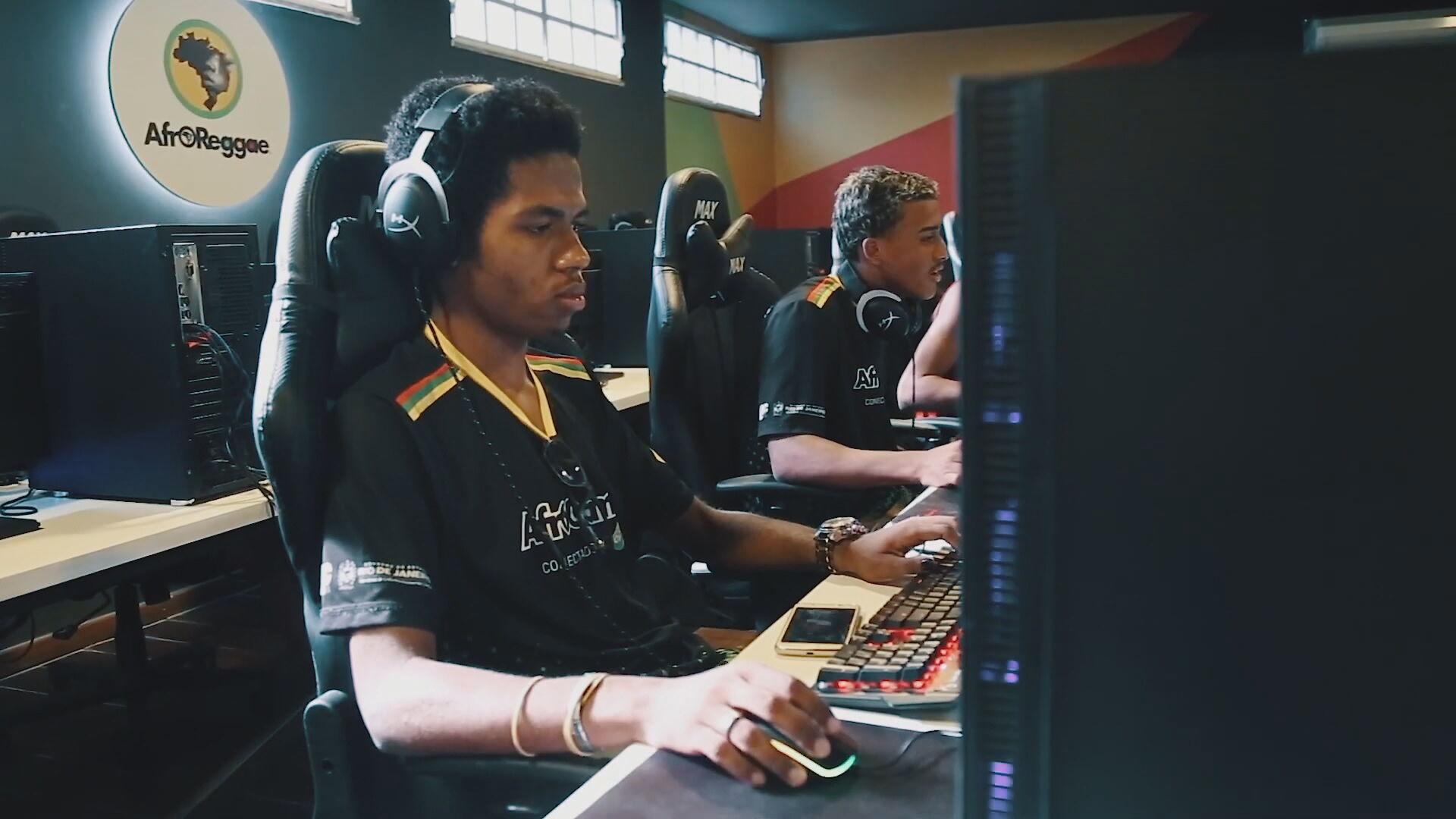 Jovem em centro de treinamento de eSports em comunidade do Rio de Janeiro