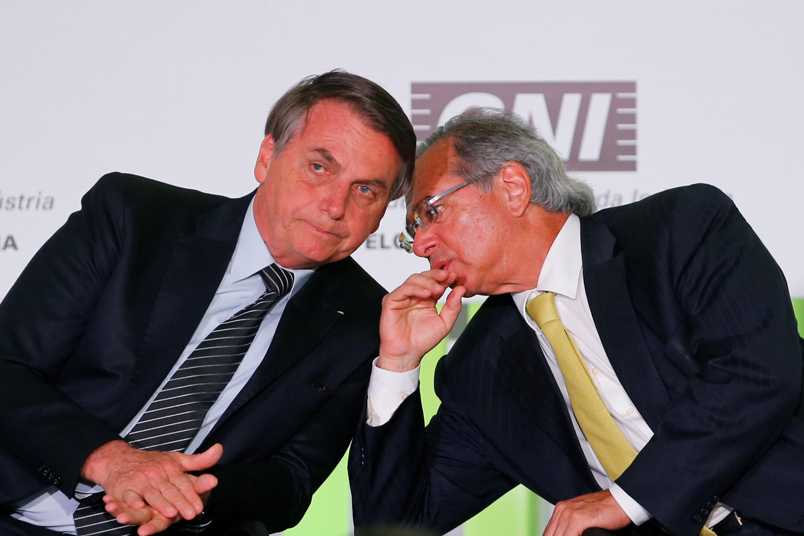 Paulo Guedes e Jair Bolsonaro conversam em evento em Brasília