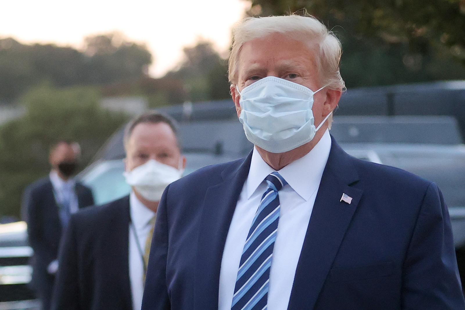 Donald Trump usa máscara após ter alta de hospital