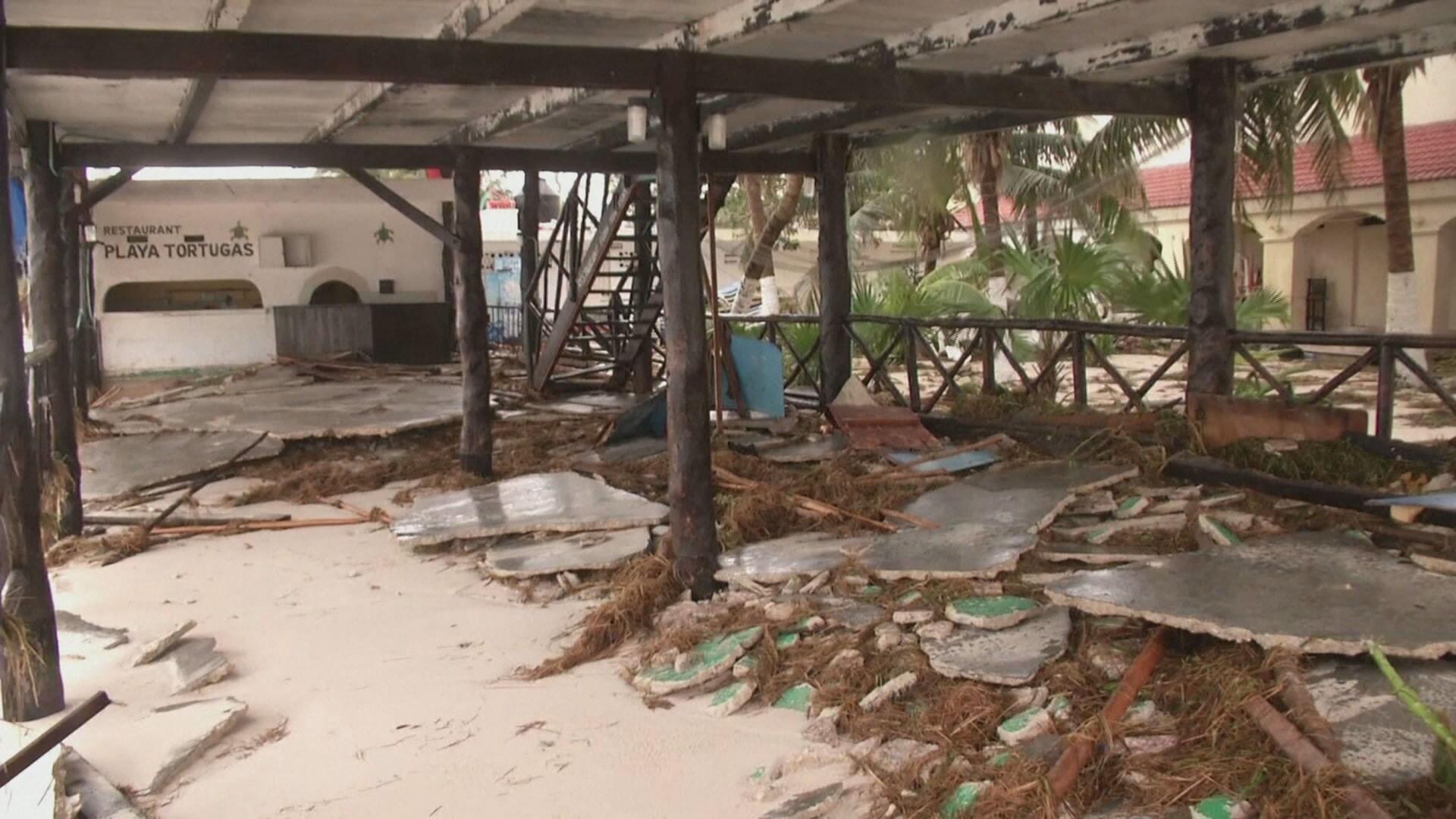 Destruição causada por passagem de furacão