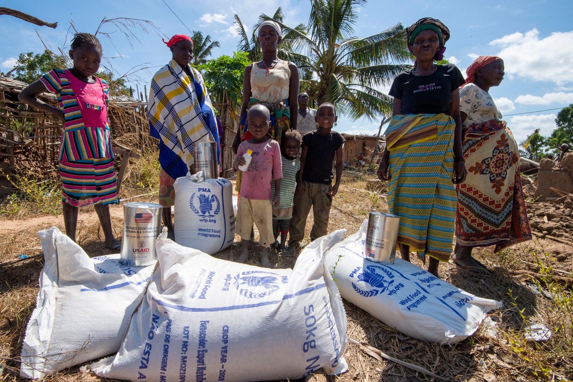 Programa Mundial de Alimentação entrega alimentos em vilarejo de Moçambique