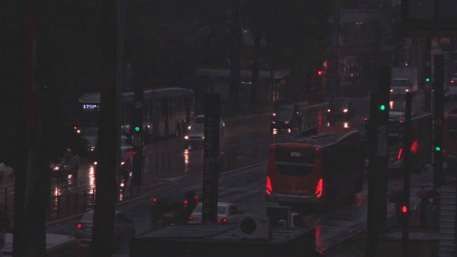 Céu escureceu no amanhecer da capital paulista