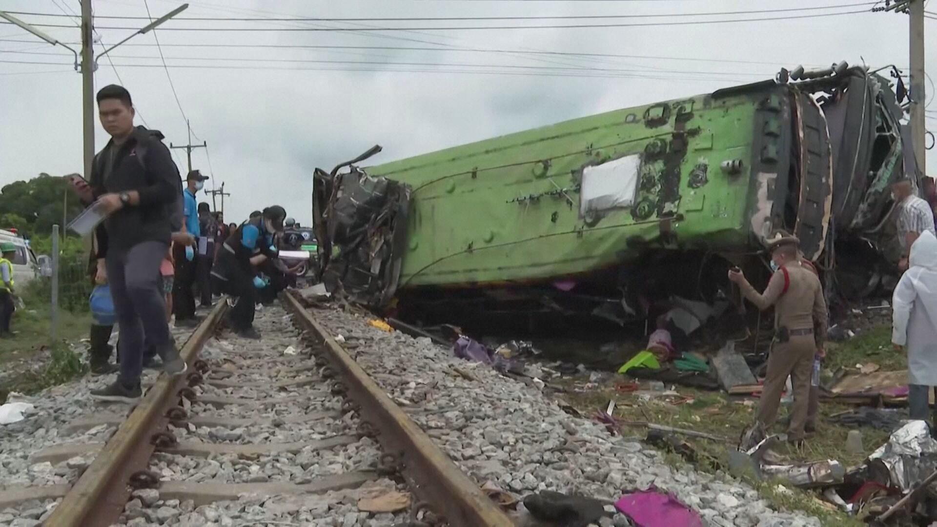Acidente entre ônibus e trem deixa 20 mortos na Tailândia (11.out.2020)