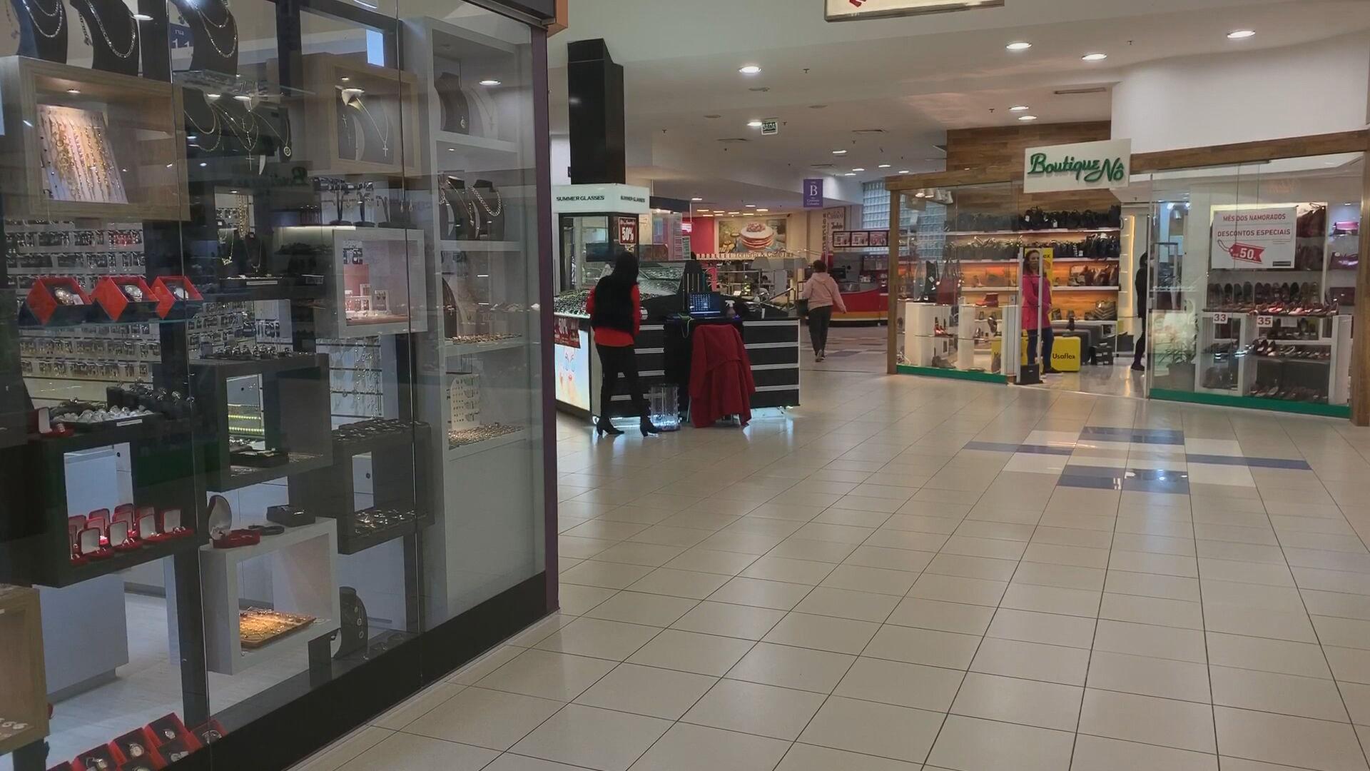 Movimento em loja em shopping de São Paulo