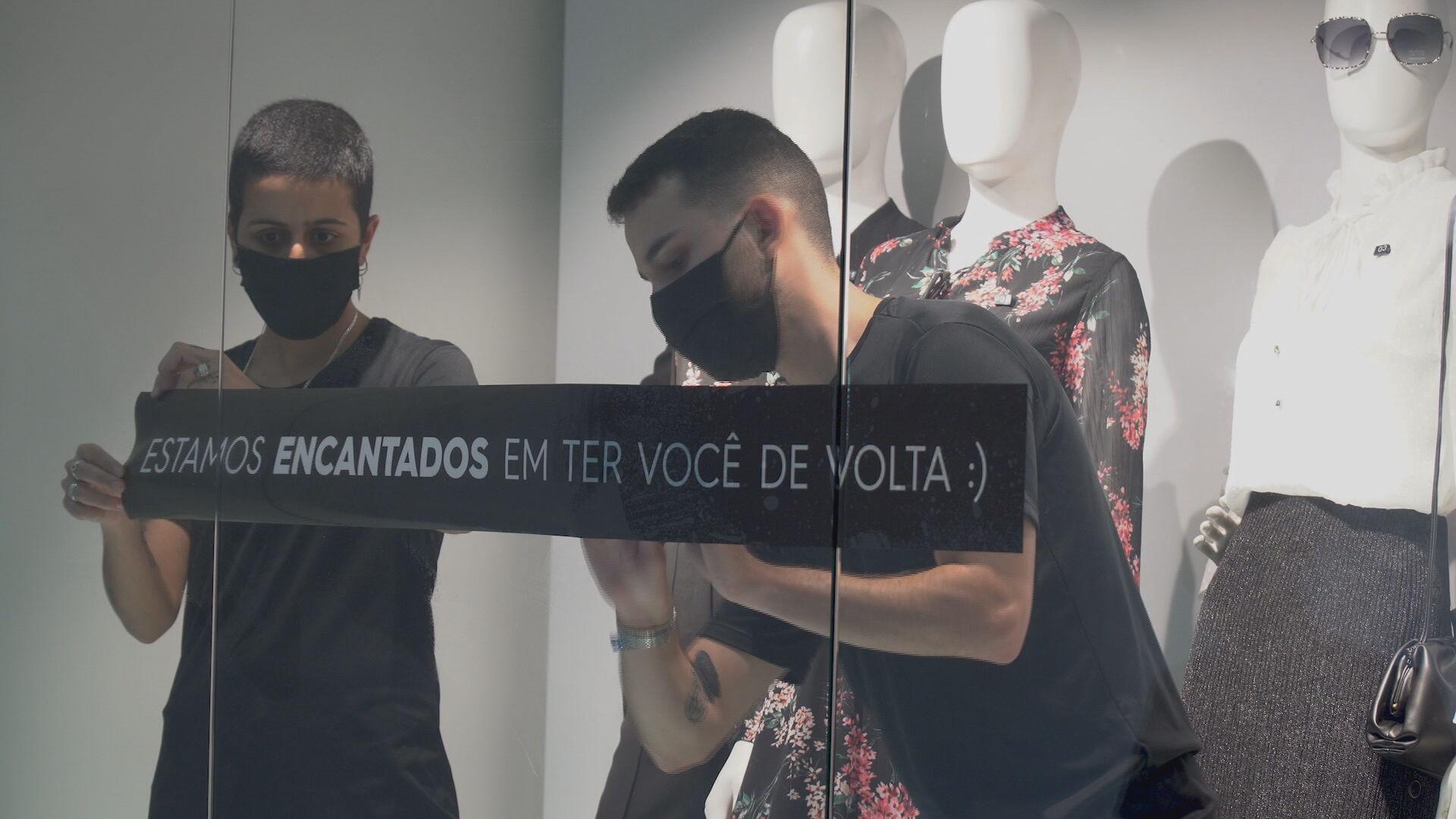 Lojistas colocam anúncio em vitrine de loja em shopping na capital paulista