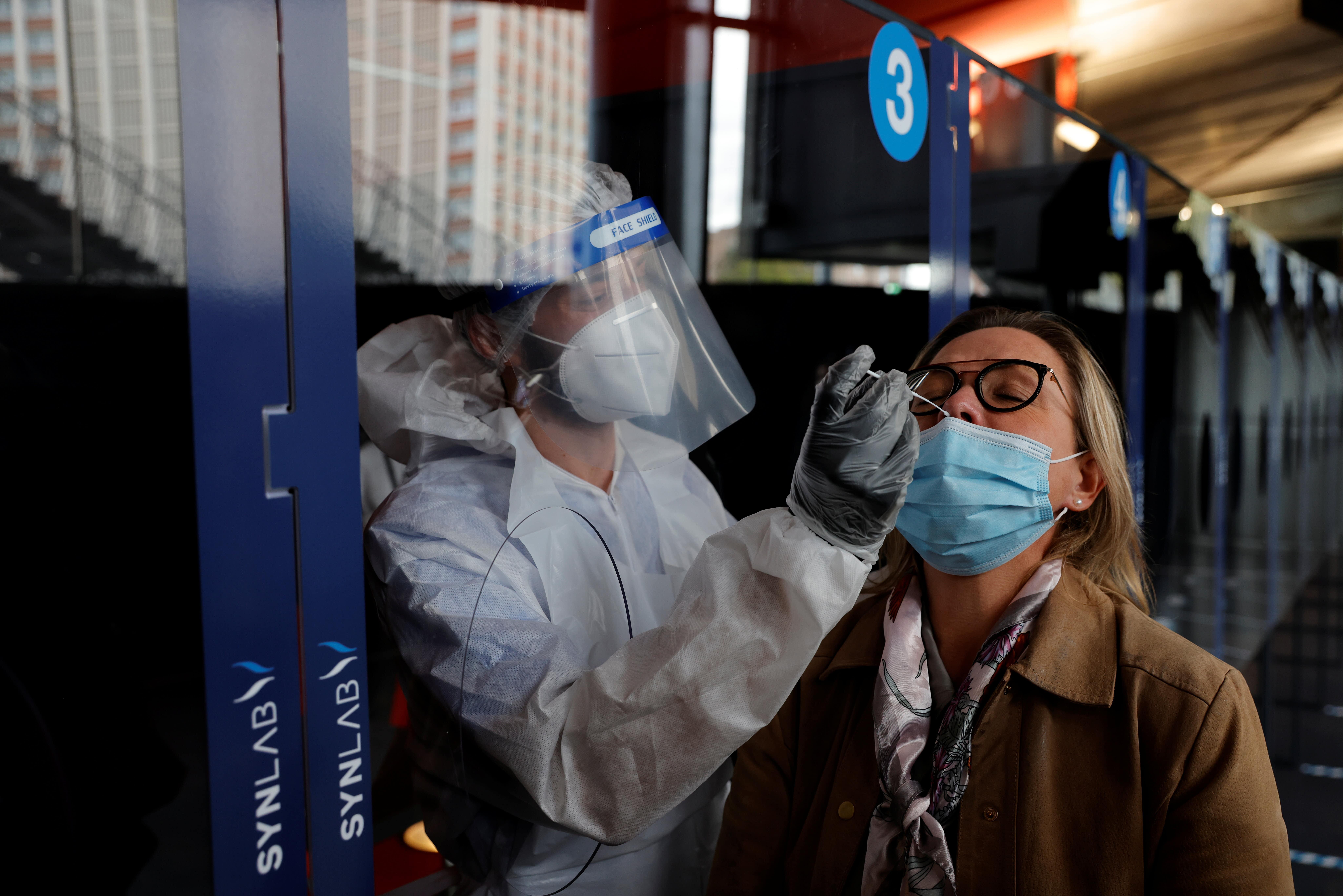 Mulher é testada para o novo coronavírus na França