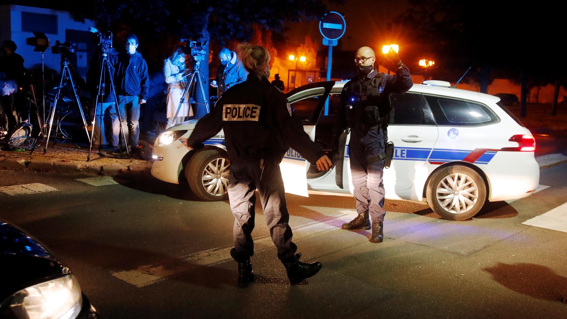 Policiais franceses patrulham área próxima ao local de ataque a professor