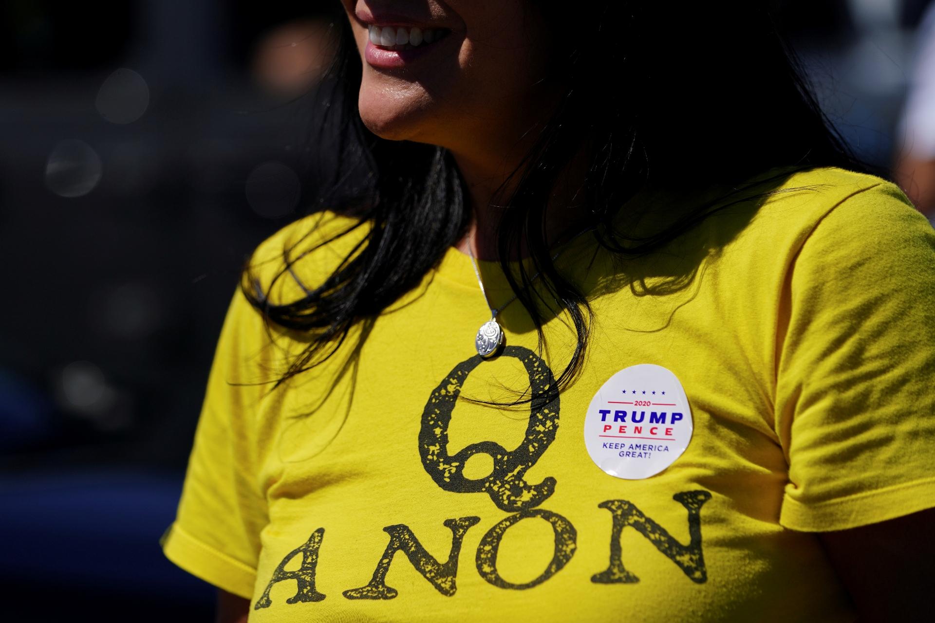 Apoiadora do presidente dos EUA, Donald Trump, com blusa do gruo QAnon