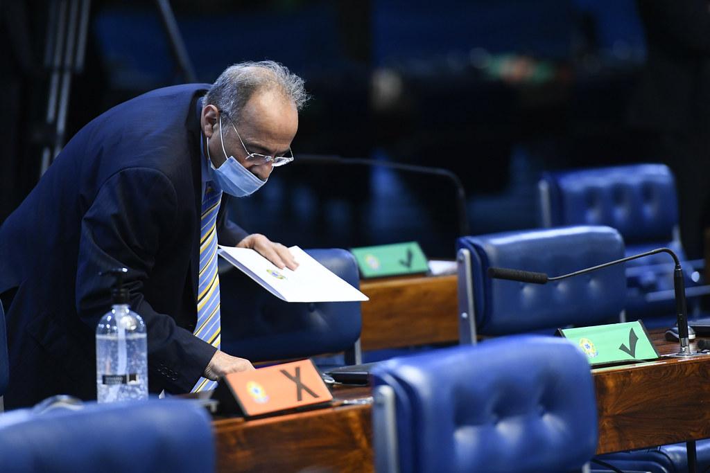 Senador Chico Rodrigues (DEM-RR) registra voto no teclado biométrico