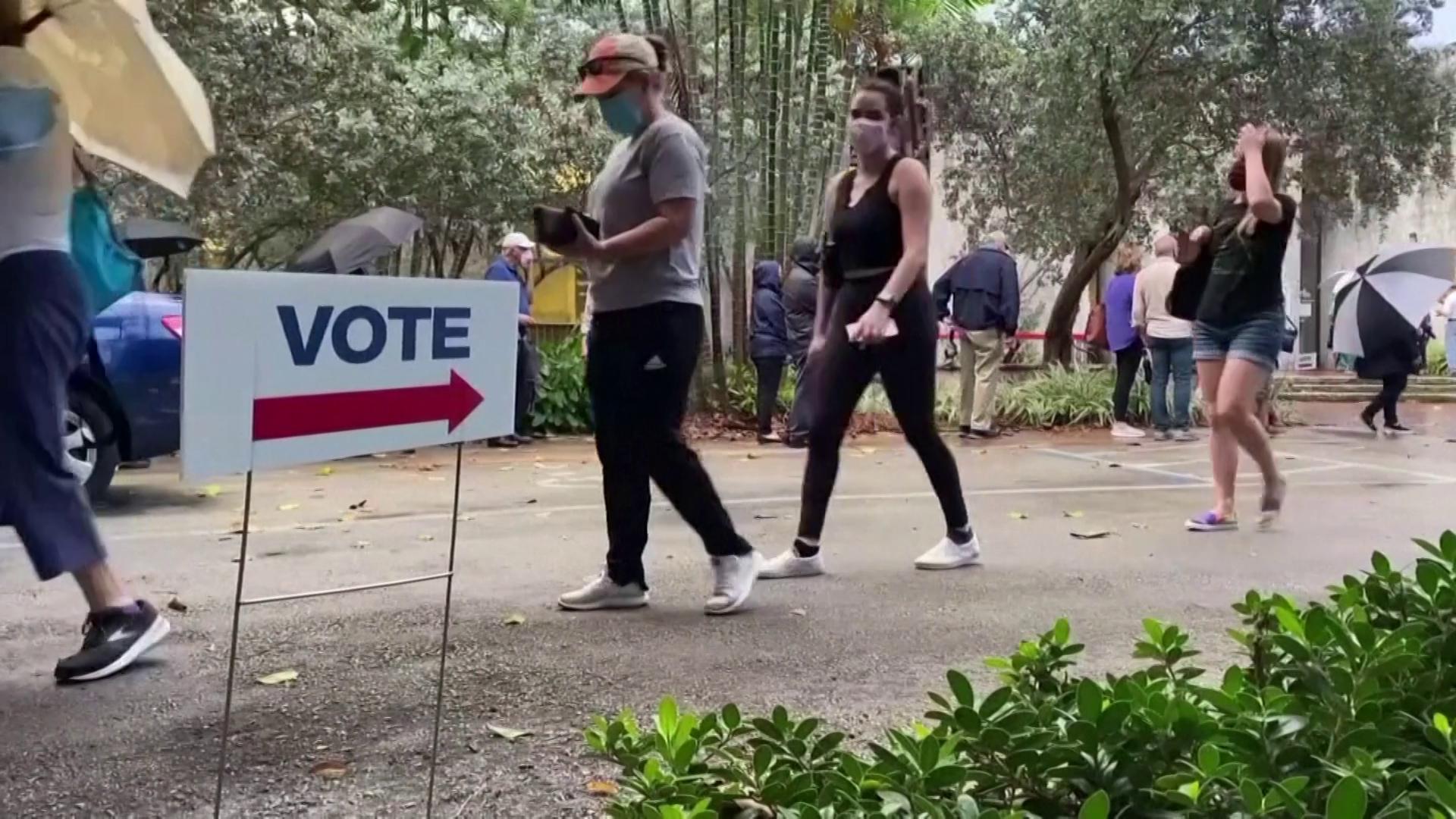 Eleitores aguardam em fila para votar na Flórida