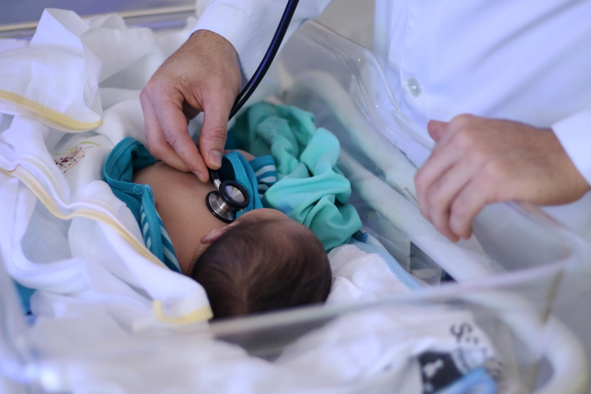 Bebê recém-nascido é atendido por médico