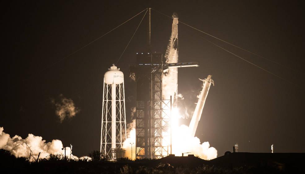 SpaceX lança o foguete Falcon 9, que transporta a cápsula Dragon