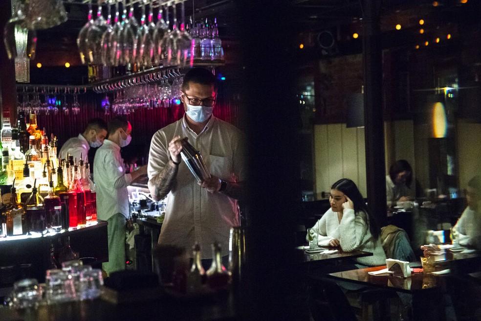 Bartender usa máscara em estabelecimento em Moscou