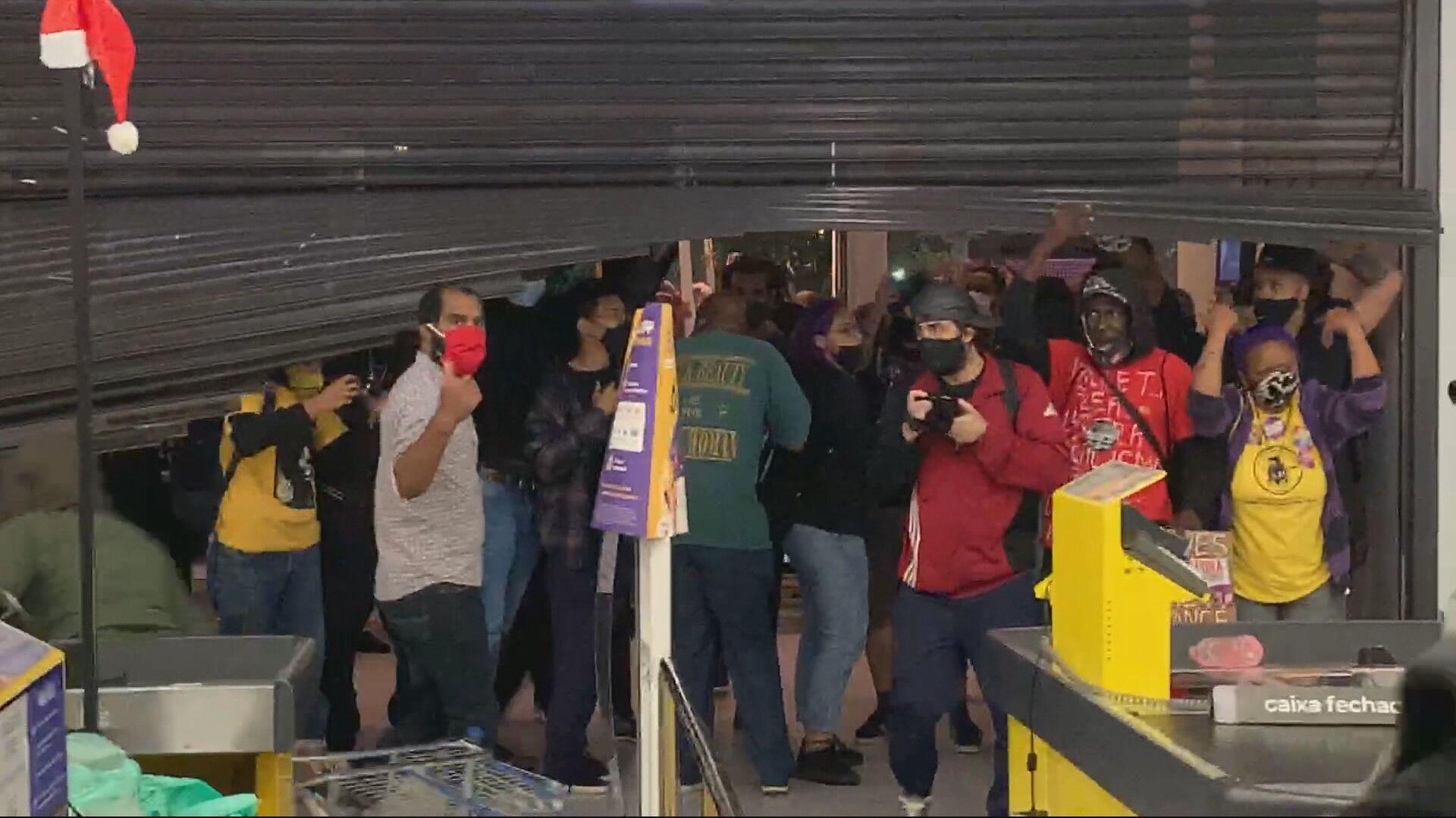 Manifestantes invadem um supermercado Carrefour em São Paulo (20.nov.2020)