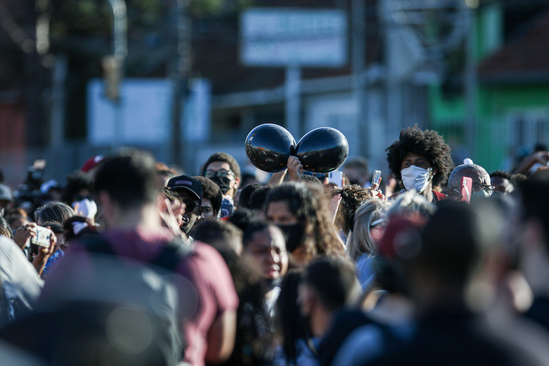 Manifestantes protestam em Porto Alegre contra morte de homem negro em supermerc
