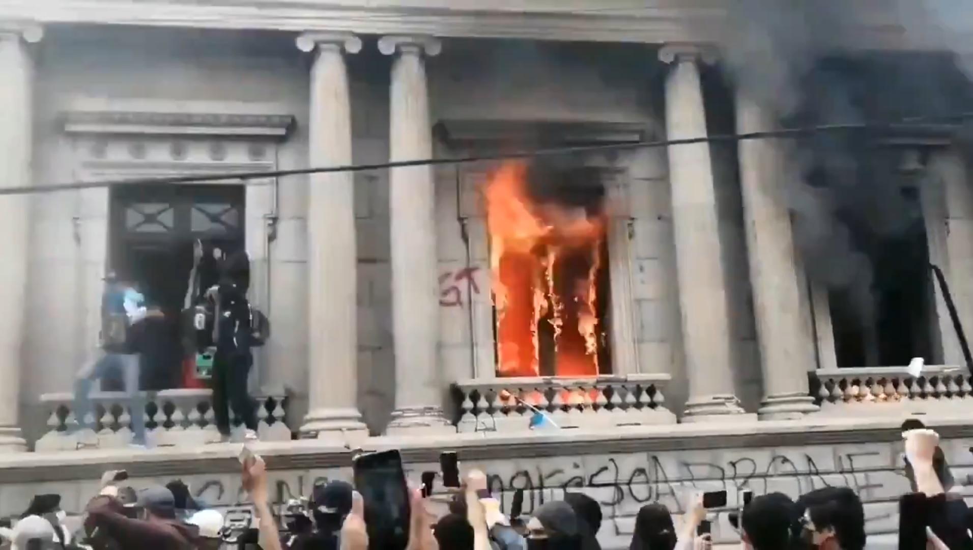 Manifestantes quebraram janelas do Congresso e atearam fogo à parte interior do