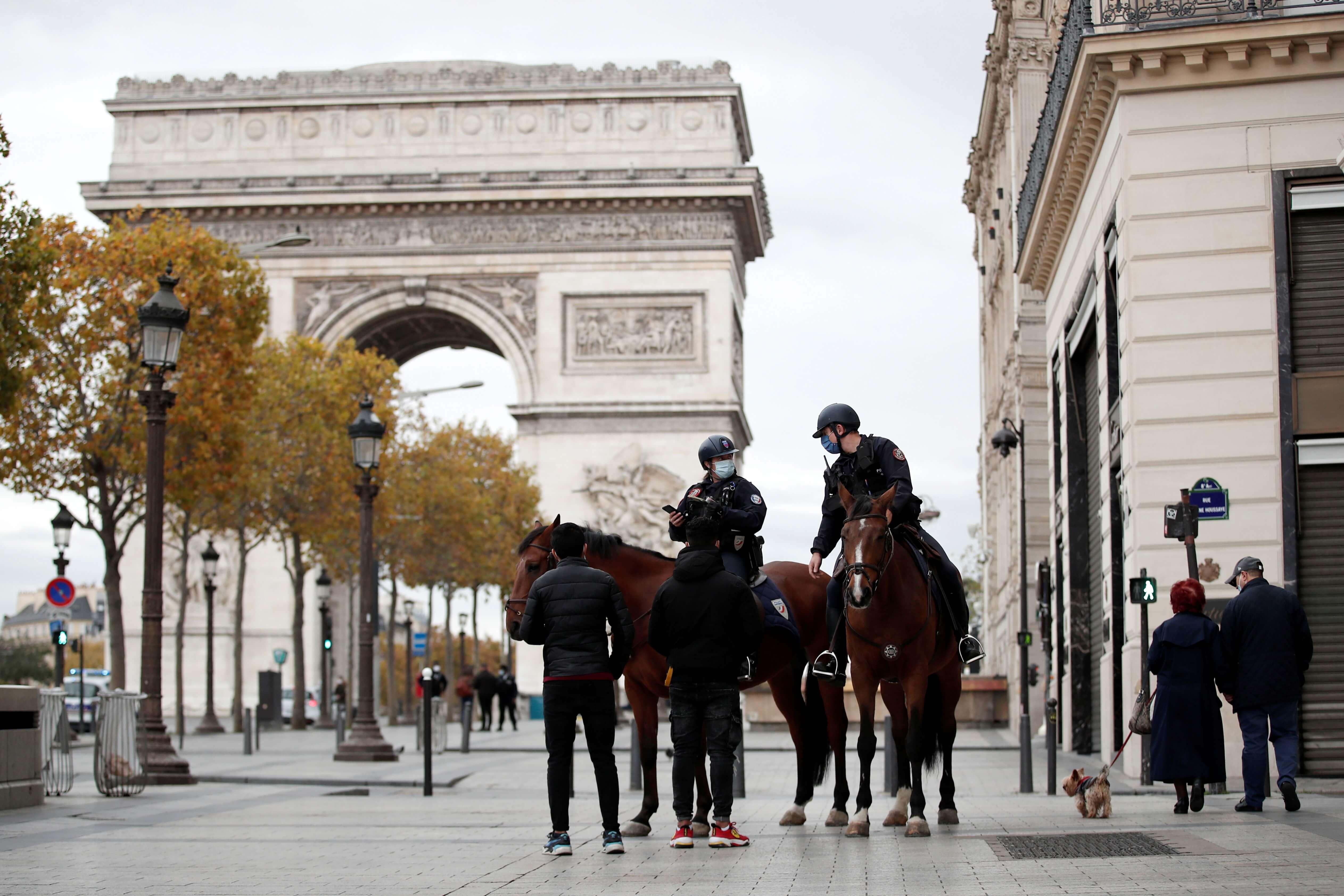 Policiais monitoram cumprimento de lockdown em Paris