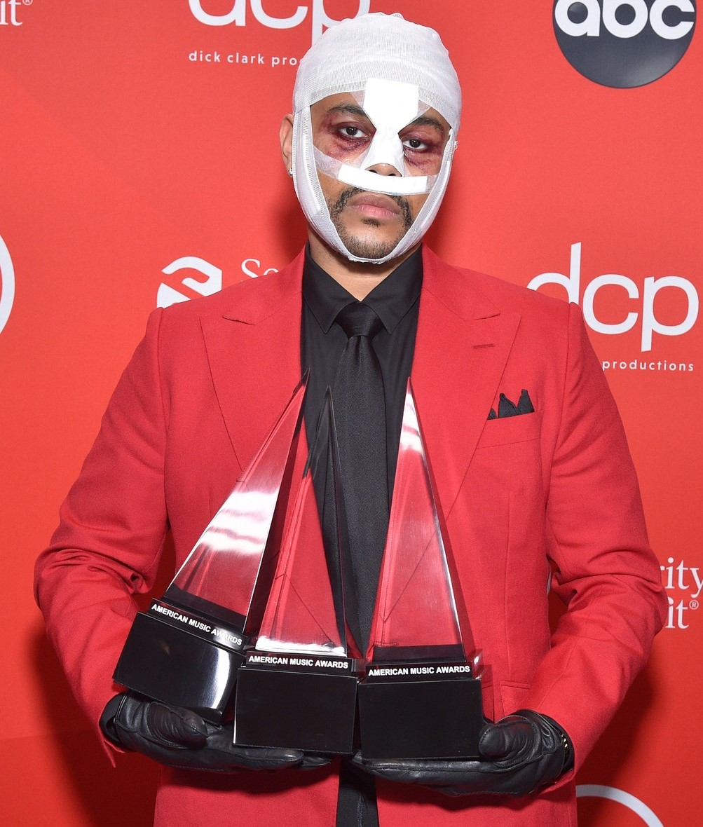 The Weeknd exibe seus prêmios com rosto coberto de bandagens